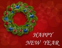Corona di Natale su una cartolina Ramo verde di abete con le palle rosse e blu su un fondo rosso Nuovo anno felice Fotografie Stock