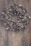 Corona di Natale sui precedenti di legno Fotografia Stock Libera da Diritti