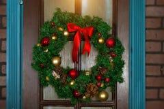 Corona di Natale sulla porta Immagini Stock Libere da Diritti