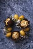 Corona di Pasqua con le uova fotografie stock
