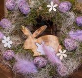 Corona di Pasqua con le uova ed il coniglietto immagini stock