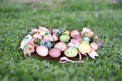 Corona di Pasqua sul puntello della foto della priorità bassa dell'erba (inserisca il vostro cliente!) Immagine Stock