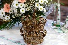 Corona dorata all'altare nella chiesa per la cerimonia di nozze religiosa tradizionale delle coppie di nozze Fotografia Stock Libera da Diritti