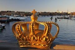 Corona dorata reale svedese al ponte di Skeppsholmen, Stoccolma Fotografia Stock