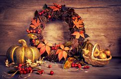 Corona e natura morta di autunno con la zucca e le cipolle su legno fotografie stock libere da diritti