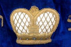 Corona en la cortina colorida de la arca de Torah de la vendimia imágenes de archivo libres de regalías