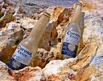 Corona Extra Empty, garrafas velhas sujas Fotos de Stock