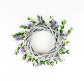 Corona fatta del cerchio di vimini, i rami dell'eucalyptus e fiori porpora fotografia stock libera da diritti