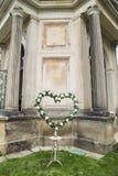 Corona fresca di nozze delle rose bianche con le foglie verdi Immagini Stock