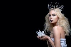 Corona hermosa de la muchacha que sostiene el cristal Fotos de archivo