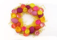 Corona luminosa di Pasqua delle uova, della decorazione di Pasqua e dei fiori Immagini Stock Libere da Diritti