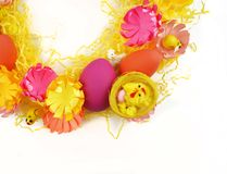 Corona luminosa di Pasqua delle uova, della decorazione di Pasqua e dei fiori Fotografia Stock Libera da Diritti