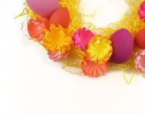 Corona luminosa di Pasqua delle uova, della decorazione di Pasqua e dei fiori Fotografie Stock