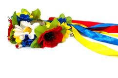 Corona nazionale ucraina con i nastri variopinti su un fondo bianco fotografie stock