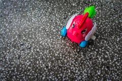Corona plástica del gallo del juguete en el fondo de una tabla del granito Imágenes de archivo libres de regalías