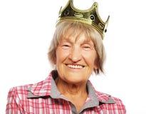 Corona que lleva de la mujer mayor que hace la acción enrrollada Foto de archivo libre de regalías