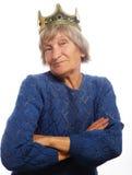 Corona que lleva de la mujer mayor que hace la acción enrrollada Fotografía de archivo