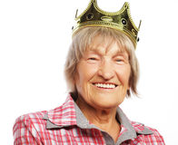 Corona que lleva de la mujer mayor que hace la acción enrrollada Fotos de archivo
