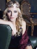 Corona que lleva de la mujer rubia joven en lujo de hadas Foto de archivo libre de regalías