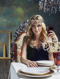 Corona que lleva de la mujer rubia joven en lujo de hadas Imagen de archivo