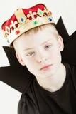 Corona que lleva del muchacho serio y vestido negro Fotografía de archivo libre de regalías