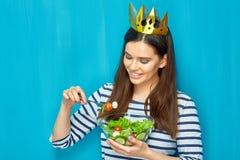Corona que lleva sonriente de la muchacha que come la ensalada Imágenes de archivo libres de regalías