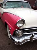 Corona rosada y del blanco clásica 1955 de Ford Victoria Foto de archivo