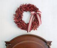 Corona rossa del legno di bosso sopra la testata di legno Fotografia Stock