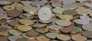 Corona scandinava di Norge su fondo di molte vecchie monete Immagine Stock Libera da Diritti