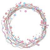 Corona semplice di festa dei ramoscelli secchi e delle perle colorate con un arco Fotografie Stock Libere da Diritti