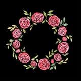 Corona sveglia con le foglie, le rose bianche, il piretro e l'ortensia dell'inflorescenza Immagine Stock
