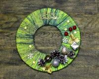 Corona tradizionale della porta del ` s del nuovo anno del mestiere fatto a mano del bambino dal filo Fotografia Stock