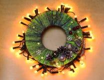 Corona tradizionale della porta del ` s del nuovo anno del mestiere fatto a mano del bambino dal filo Fotografie Stock