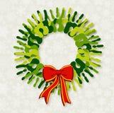 Corona verde di natale delle mani di diversità. Fotografia Stock Libera da Diritti