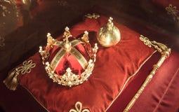 Corona y joyas de oro del rey fotos de archivo