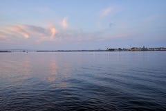 Coronado Bridżowy i wielki tankowiec z Morską bazą podczas wschodu słońca obrazy royalty free