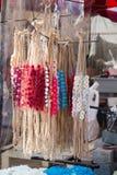 coronas coloridas hechas de flores falsas Fotos de archivo libres de regalías
