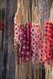 coronas coloridas hechas de flores falsas Imagen de archivo libre de regalías