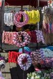 coronas coloridas hechas de flores falsas Fotos de archivo