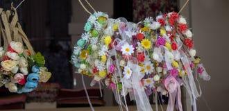 coronas coloridas hechas de flores falsas Imagen de archivo