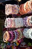coronas coloridas hechas de flores falsas Fotografía de archivo