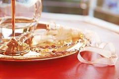 Coronas de la boda, jarra y cáliz tradicionales - objetos griegos de la boda Imagen de archivo
