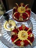 Coronas de oro y un vidrio de vino para la boda ortodoxa Fotografía de archivo