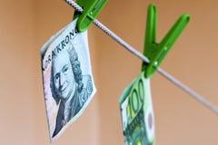 Coronas suecas del billete de banco 100 verdes en clavija de ropa verde Imagen de archivo