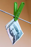 Coronas suecas del billete de banco 100 verdes en clavija de ropa verde Fotografía de archivo libre de regalías