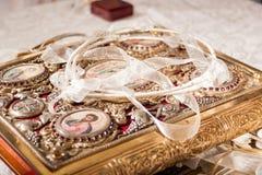 Coronas y anillos de la boda Fotografía de archivo