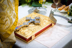 Coronas y cruz de la boda en una biblia Foto de archivo libre de regalías