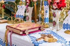 Corone e sacra scrittura sull'altare Fotografie Stock Libere da Diritti