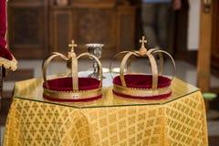 Corone ortodosse della chiesa di giorno delle nozze Immagini Stock