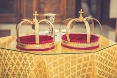 Corone ortodosse della chiesa di giorno delle nozze fotografia stock